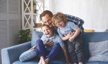 Τέσσερα βασικά συναισθήματα που πρέπει να εκφράζουν οι γονείς μπροστά στα παιδιά τους