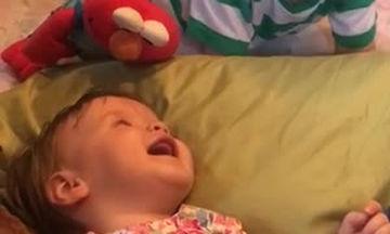 Η μικρή ξεκαρδίζεται στα γέλια με το πιο απλό πράγμα που σκαρφίζεται o αδελφός της (vid)