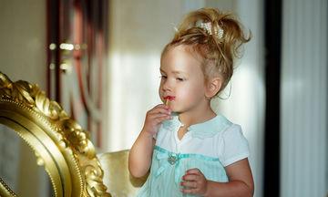 H μικρή μου ζητάει να φοράει κραγιόν και να βάφεται από τώρα- Τι να κάνω;