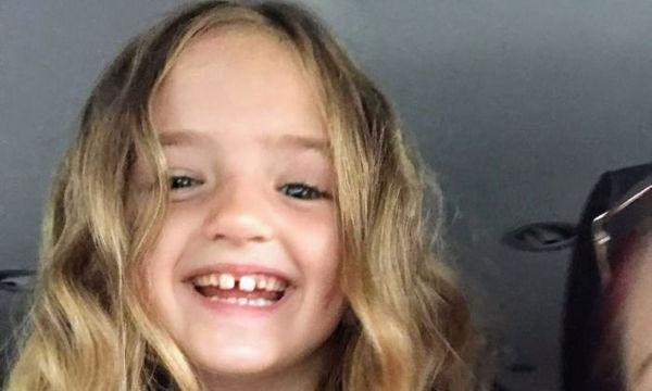 Άφησε την κόρη της να ντυθεί μόνη της για τη σχολική φωτογράφιση αλλά ξέχασε το πιο σημαντικό (pics)
