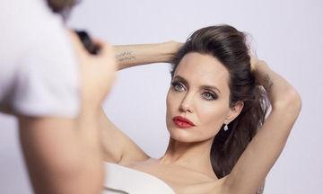 Εσείς θα εντοπίσετε τη Jolie σε αυτή την ομαδική φωτο;