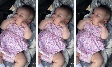 Αφού δεν έχει την πιπίλα της, η μπέμπα βρήκε άλλη λύση για να κοιμηθεί (vid)