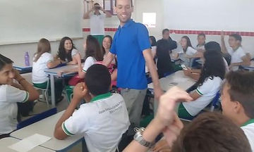 Δάσκαλος κοιμόταν στο σχολείο και οι μαθητές του έκαναν το πιο αναπάντεχο δώρο (vid)