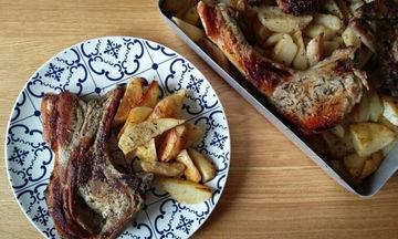 Συνταγή για ζουμερές μπριζόλες χοιρινές με πατάτες στο φούρνο