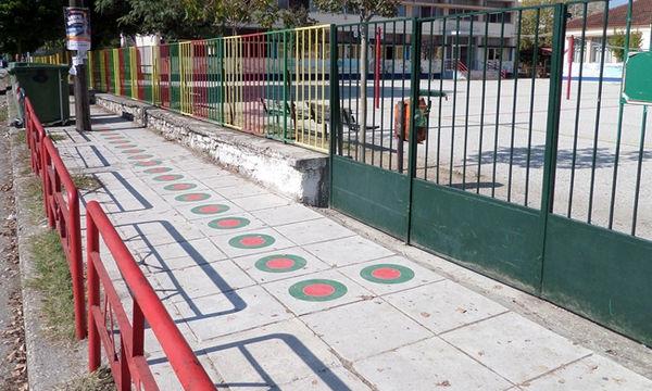 Αυτοί οι οδηγοί στα πεζοδρόμια θα βοηθούν τα παιδιά να πηγαίνουν στο σχολείο με ασφάλεια (pics)
