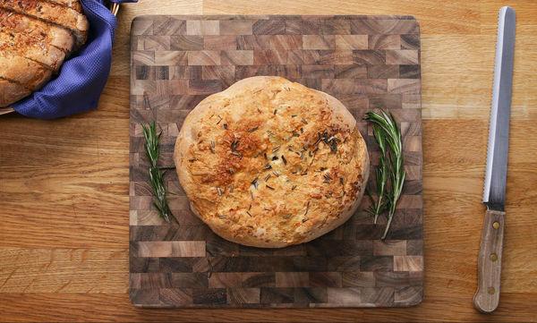 Αφράτο ψωμί με δεντρολίβανο (vid)