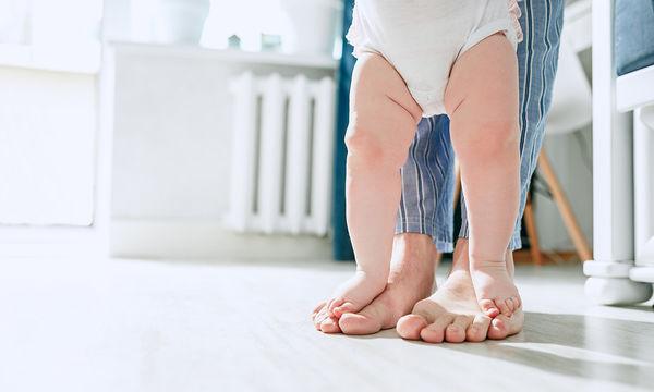 Πώς να βοηθήσετε το παιδί σας να περπατήσει (vid)