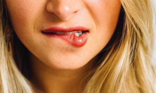 «Σκασμένα» χείλη; Τρεις πανεύκολοι τρόποι για να τα ενυδατώσεις φυσικά