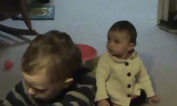 Πολύ γέλιο! Δείτε τι κάνει η μικρούλα όταν η μαμά της βάζει σε λειτουργία την ηλεκτρική σκούπα (vid)