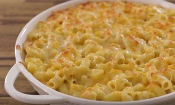 Ζυμαρικά στο φούρνο με σπιτική κρέμα τυριών (vid)