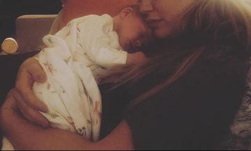 Ποζάρει αγκαλιά με τη δέκα ημερών κορούλα της και κάνει το instagram να... λιώσει!