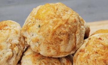 Αφράτα ψωμάκια γεμιστά με τυρί - Ιδανικά για το κολατσιό του παιδιού (vid)