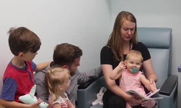 Η στιγμή που το ενός έτους κοριτσάκι ακούει για πρώτη φορά, είναι απλά μοναδική (vid)