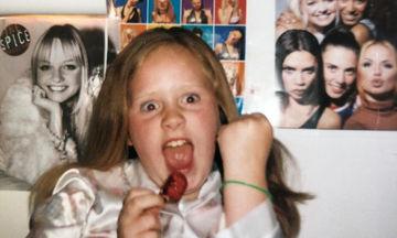 Αναγνωρίζετε ποια διάσημη τραγουδίστρια είναι το κοριτσάκι της φωτογραφίας; (pics+vid)