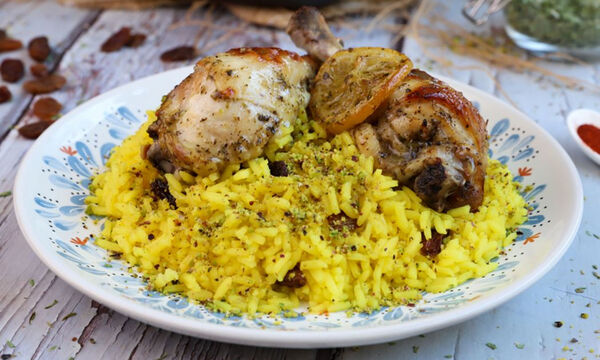 Συνταγή για κοτόπουλο λεμονάτο στο φούρνο με αρωματικό πιλάφι
