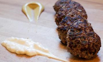 Συνταγή για μοσχαρίσια μπιφτέκια: Αντί για ψωμί ή τριμμένη φρυγανιά βάλτε κουάκερ