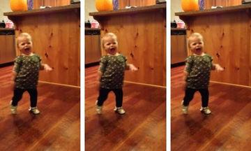 Τρελό γέλιο: Δείτε πώς μιμείται η μικρή τον τρόπο που περπατάει η έγκυος μαμά της (vid)