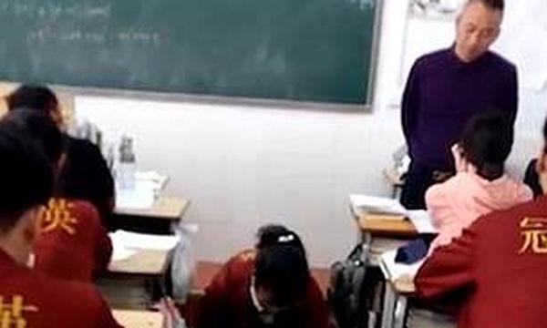 Την έπιασε να παίζει με το κινητό την ώρα του μαθήματος - Δείτε πώς την τιμώρησε  (vid)