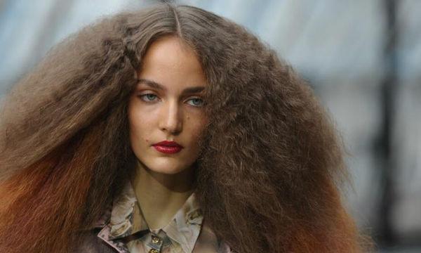 Φριζαρισμένα μαλλιά: Οι λόγοι που το προκαλούν και πώς να το αντιμετωπίσεις