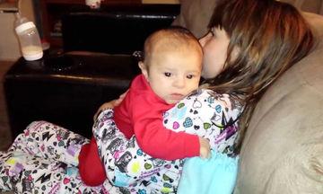 Τέλειο! Κρατά στην αγκαλιά τον μικρούλη αδελφό της και τον βοηθάει να ρευτεί (vid)