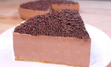 Εύκολη συνταγή για σοκολατένιο κέικ χωρίς ψήσιμο (vid)