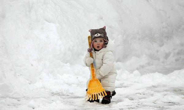 Τα παιδιά διασκεδάζουν παίζοντας με το χιόνι! (pics)