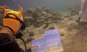 Ατελιέ της ο βυθός: Ζωγράφος δημιουργεί τα έργα της στα βάθη της θάλασσας (vid)