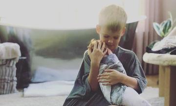 Επιτέλους! Δημοσίευσε φωτογραφία με το γιο της να κρατά αγκαλιά τη νεογέννητη αδερφή του (pic)