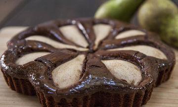 Φανταστικό σοκολατένιο κέικ με αχλάδια χωρίς μίξερ (vid)