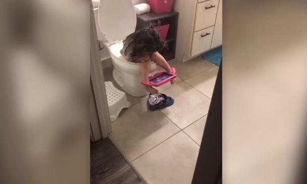 Απίθανο κοριτσάκι: Δείτε τη θήκη ipad που βρήκε για... άνεση στην τουαλέτα! (vid)