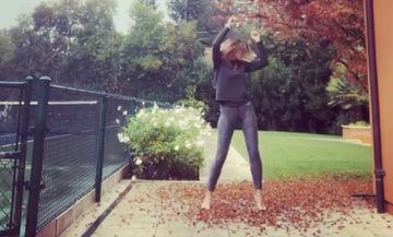 Ελληνίδα μαμά παρουσιάστρια μας λέει καλημέρα χορεύοντας στη βροχή και μάλιστα ξυπόλητη (vid)