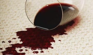 Έπεσε κόκκινο κρασί στο χαλί σου; Να πώς θα το καθαρίσεις
