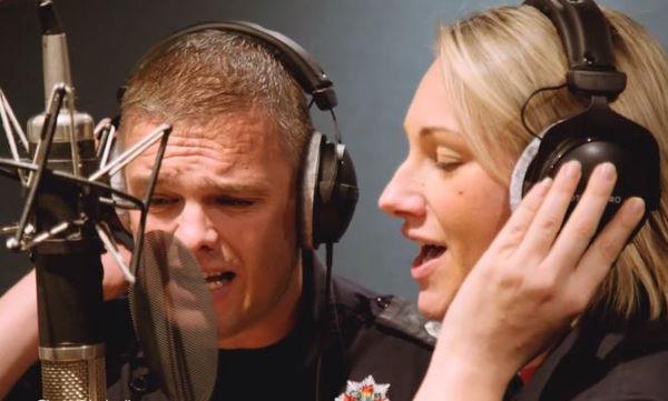 Το τραγούδι των πυροσβεστών: Ακούστε την επιτυχία των φετινών Χριστουγέννων! (vid)