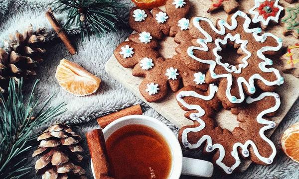 Φτιάχνουμε χριστουγεννιάτικα μπισκότα και τα διακοσμούμε με ζαχαρόπαστα και γλάσο (pics)