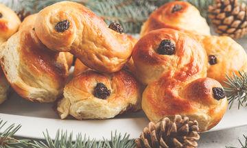 Χριστουγεννιάτικη συνταγή: Αφράτα τσουρεκάκια με σταφίδες (vid)