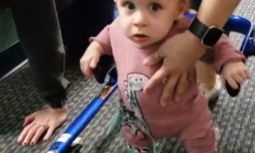 Απλά συγκινητικό: Μικρό αγόρι με νανισμό μαθαίνει πώς να περπατά (vid)