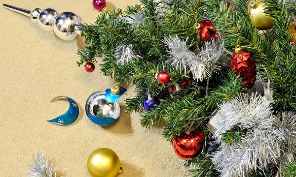 Οι πιο θεαματικές πτώσεις χριστουγεννιάτικων δέντρων που έχετε δει (vid)