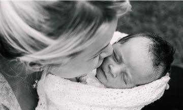 Τρυφερές αγκαλιές σε νεογέννητα. Συγκινητικές φωτογραφίες (pics)