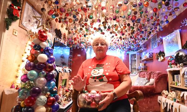 Εντυπωσιακό! Στόλισε το ταβάνι του σαλονιού της με 2.000 χριστουγεννιάτικες μπάλες (vid)