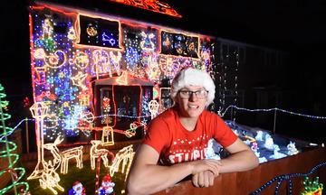 Στόλισε το σπίτι του με χιλιάδες χριστουγεννιάτικα λαμπάκια για φιλανθρωπικό σκοπό (vid)