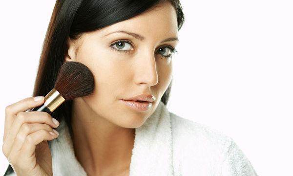 Τα λάθη που γίνονται με το make up και πώς να τα αποφύγετε στις γιορτές (vid)