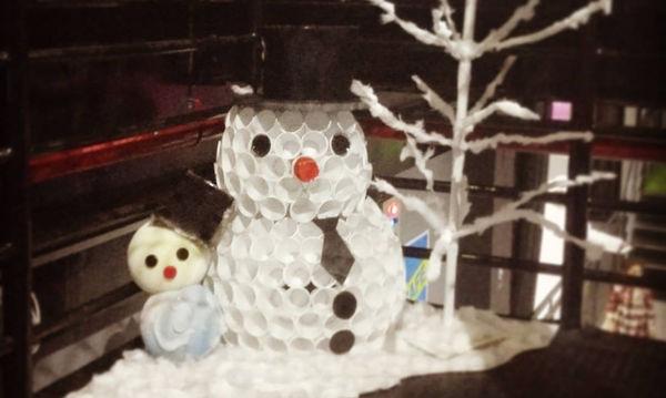 DIY: Έτσι θα φτιάξετε έναν υπέροχο και φωτεινό χιονάνθρωπο με πλαστικά ποτήρια (vid)