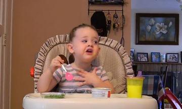 Της πέφτει συνέχεια το φαγητό και καταριέται- Ο ξεκαρδιστικός διάλογος με τους γονείς της (vid)