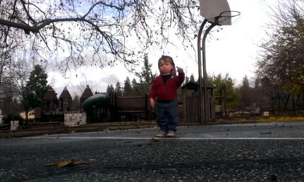 Ο δίχρονος μας τρέλανε! Δείτε τις κινήσεις του στο χορό που μας άφησαν άφωνους (vid)
