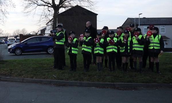 Παιδιά αστυνομικοί αναλαμβάνουν να διατηρήσουν την τάξη στην πόλη τους! (vid)