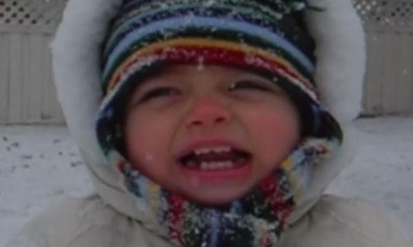 Θέλει να πει το «Jingle Bells», το κρύο και το χιόνι όμως δεν την αφήνουν (vid)