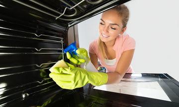 Πώς να καθαρίσετε τον φούρνο σας με απλά, σπιτικά υλικά