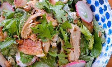 Η πιο νόστιμη σαλάτα με αβοκάντο για το τραπέζι των εορτών (vid)