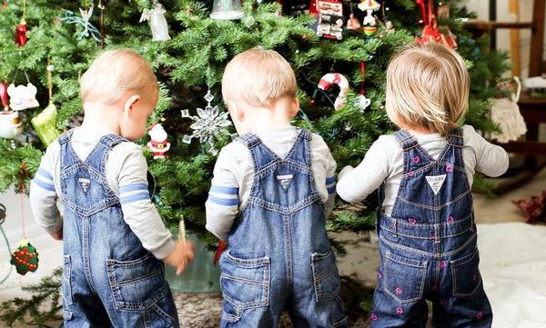 Φωτογραφίζει τα παιδιά της μπροστά από το χριστουγεννιάτικο δέντρο και αυτός είναι ο λόγος (pics)