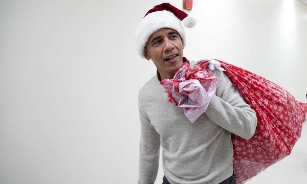 Δείτε τον Barack Obama να μοιράζει δώρα σε παιδιατρικό νοσοκομείο... χορεύοντας (pics+vid)